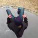 凍ったトランポリンに飛び込んでみた!