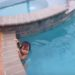 スゴイ!1歳の男の子がプールで泳いでる!