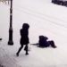 凍った道路で転んだ人を助けようとした結果