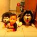 赤ちゃんと一緒にハイハイする2匹のハスキー犬が可愛すぎる!